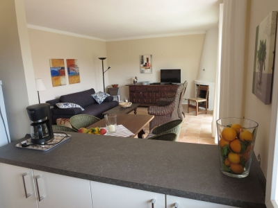 Blick von Küche aufs Wohnzimmer